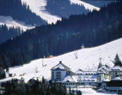 Passende Kleidung ist das A und O beim Skifahren. Skihose, Helm und Sonnenbrille sollten da nicht fehlen.