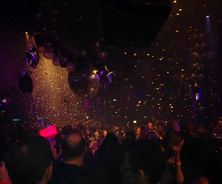 Feiern wie im Club: ROBINSON Friends in Black Party in Köln