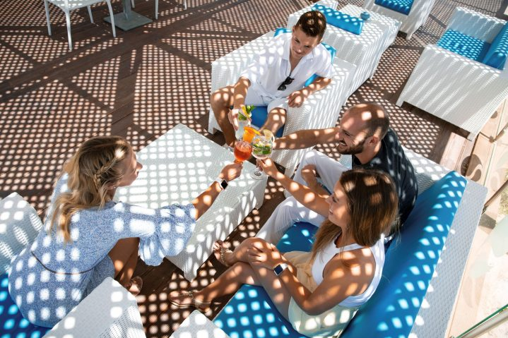 2 Männer und 2 Frauen in der Beachbar des ROBINSON Club Djerba Bahiya, Tunesien