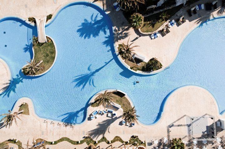 Blick von oben auf den Hauptpool des ROBINSON Clubs Djerba Bahiya