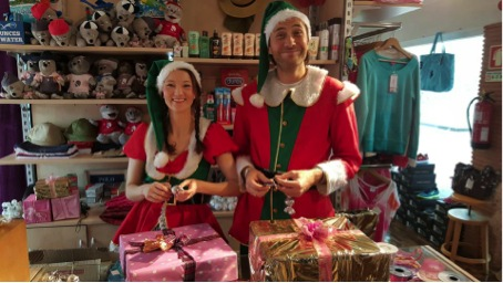 Mitarbeiter aus dem ROBIN-Store verpacken Geschenke.