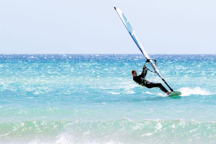 Windsurfer auf dem Wasser in Jandia, Fuerteventura