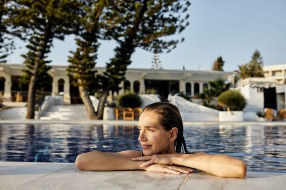 Frau im Pool des ROBINSON Club Kyllini Beach, Griechenland