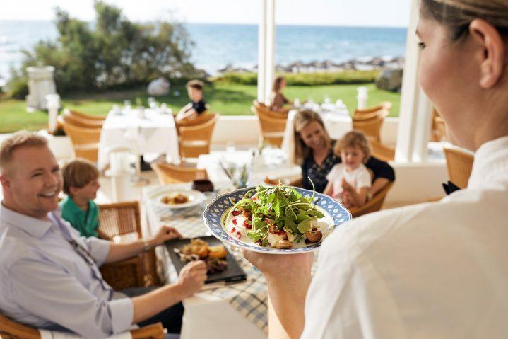 Familie im Restaurant mit Meerblick im ROBINSON Club Kyllini Beach, Griechenland
