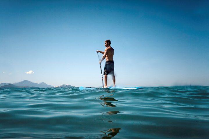 Mann auf Stand Up Paddle Board im Meer vor dem ROBINSON Club Daidalos