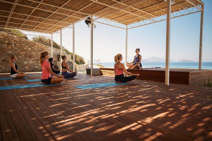 Gruppe beim Yoga mit Blick auf das Meer im ROBINSON Club Daidalos, Kos, Griechenland