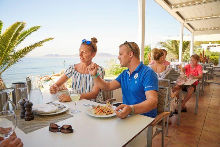 Gast und ROBIN im Strandrestaurant mit Meerblick im ROBINSON Club Daidalos, Kos Griechenland