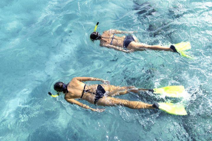 Zwei Schnorchlerinnen im Wasser