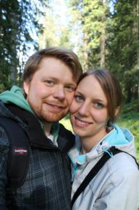 René und Theresa bei einer Wanderung im Wald rund um das Clubgelände