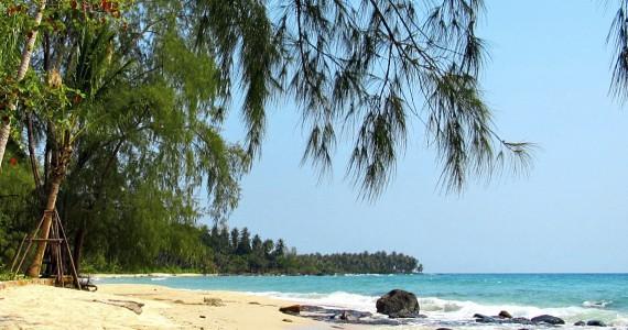 Weißer Sandstrand mit Palmen