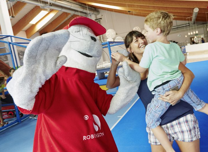ROBY besucht Kind im ROBINSON Clubs