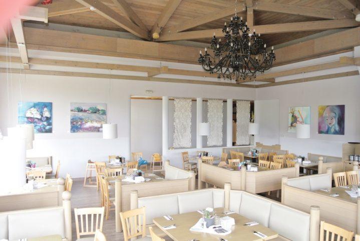 Bilder hängen an den Wänden im Club-Restaurant
