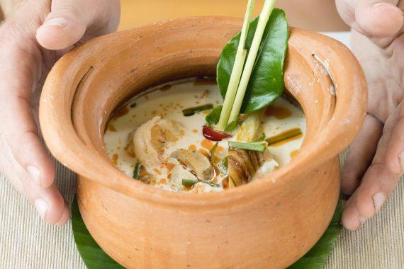Tonpott mit asiatischer Suppe