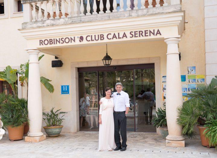 Hochzeitspaar vor dem ROBINSON CLUB CALA SERENA