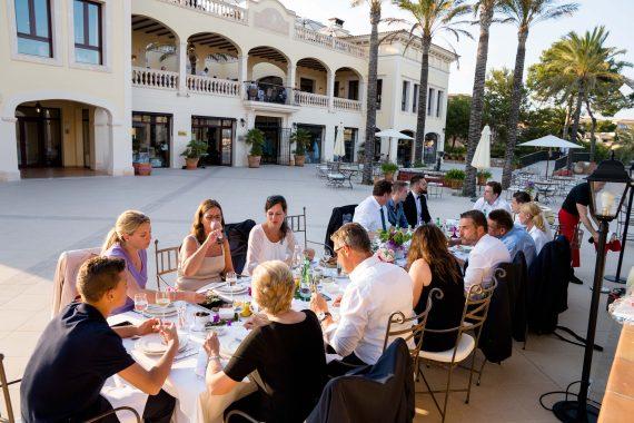 Hochzeitsgesellschaft beim Essen im ROBINSON CLUB CALA SERENA