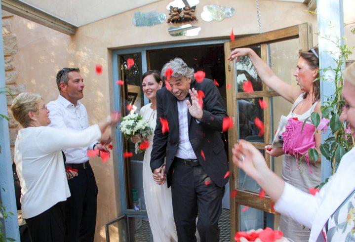 Blumenregnen für Paar nach der Trauung