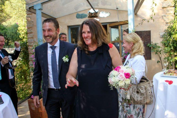 Das zweite Hochzeitspaar verlässt die Kapelle