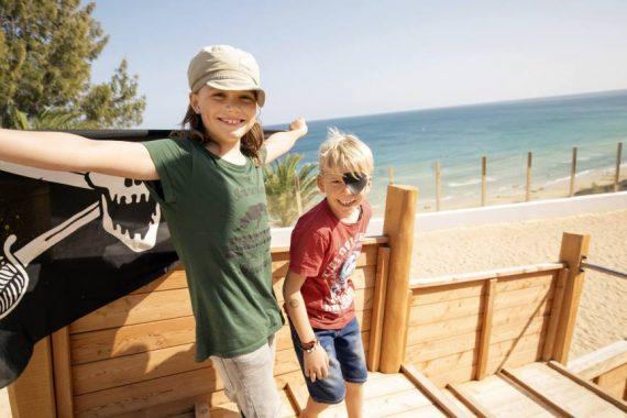 Kinder auf dem Piratenschiff