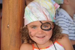Robinson-Kind-mit-Piratenschminke