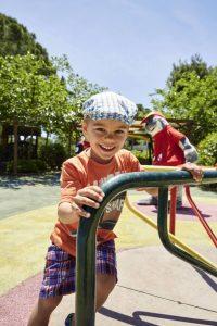 Junge beim Spielen auf Spieplatz