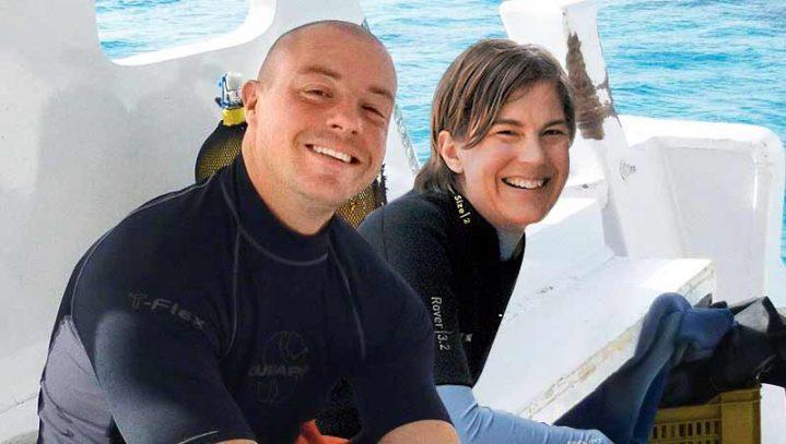 Zwei Taucher auf einem Boot