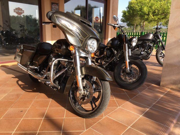 Harley Davidson Maschinen vor dem Club Cala Serena