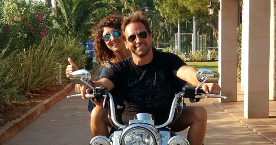 Paar sitzt auf Harley-Davidson