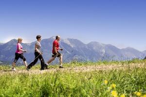 Drei Personen wandern auf einem leichten Wanderweg