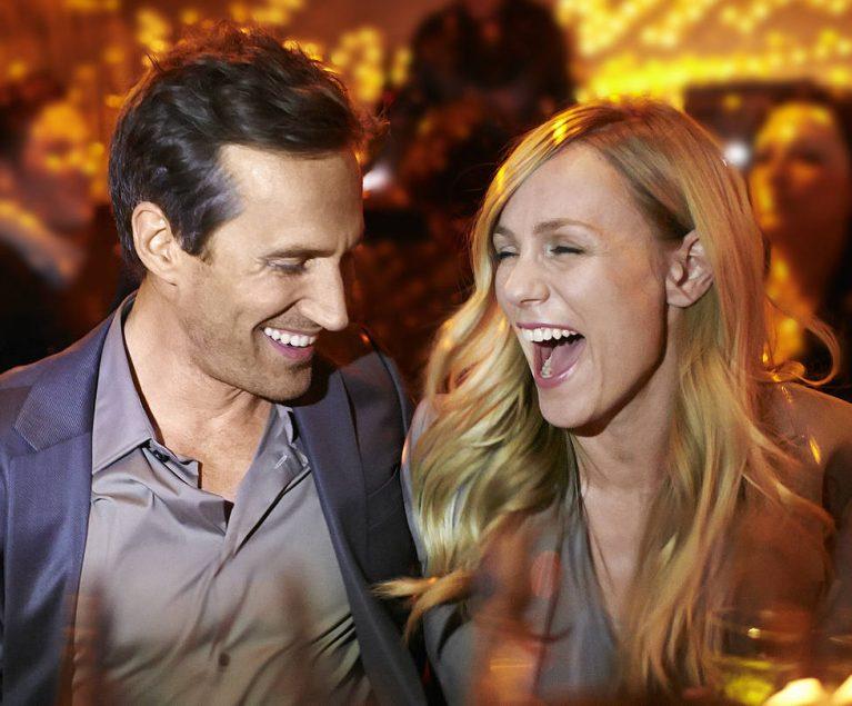 Mann und Frau tanzen zusammen