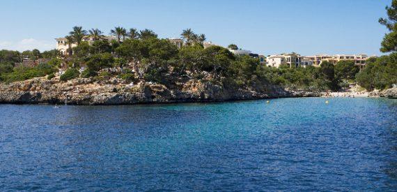 Bucht umsäumt von felsigen Klippen vom ROBINSON Club Cala Serena