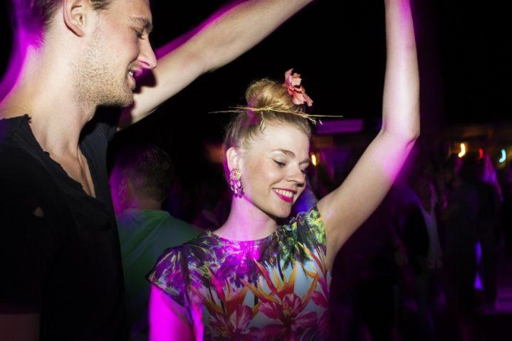 Paar beim ausgelassenen Tanzen