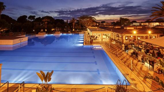 Pool vom ROBINSON Club Apulia am Abend