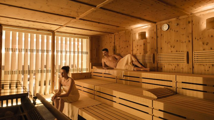Mann und Frau sitzen in einer Sauna