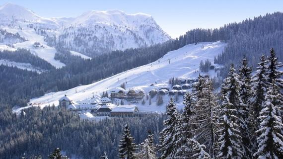 tSchneebedecktes Tal und einer Skipiste mit Sesselliften
