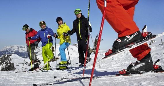 4 Erwachsene beim Skikurs für Anfänger