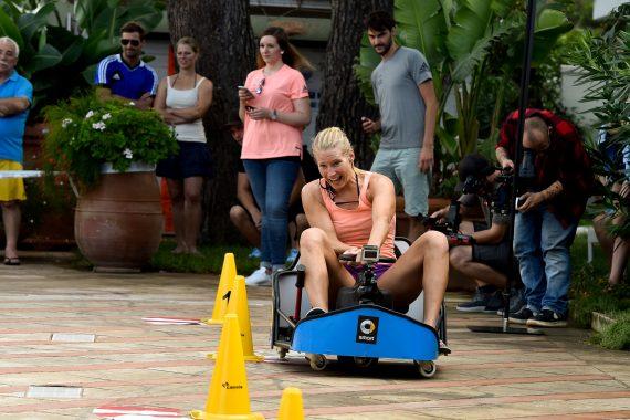 Sportlerin beim Kartfahren