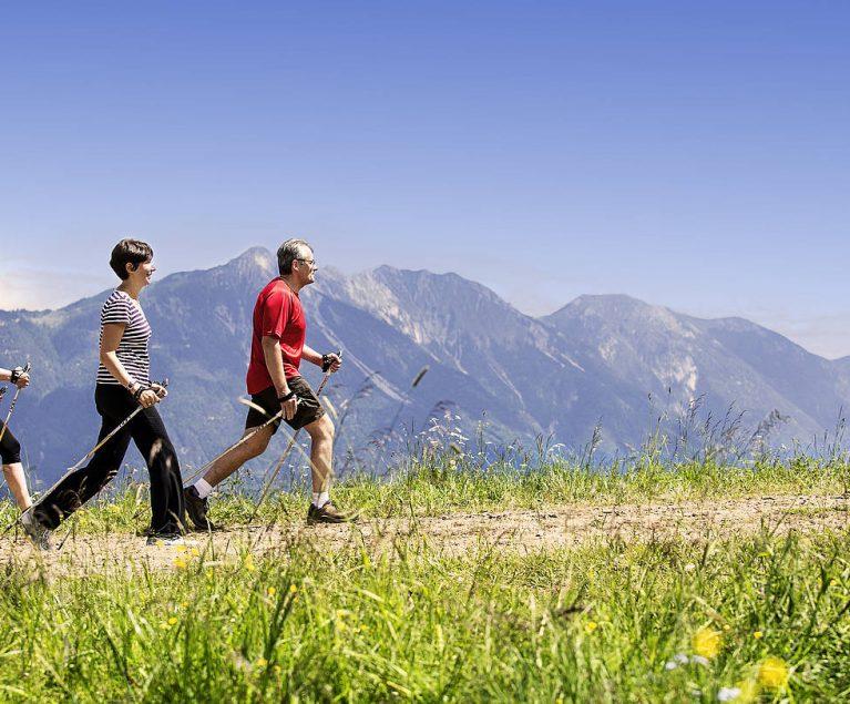 Deine Wanderlust trägt dich durch die atemberaubende Landschaft der Schweiz.