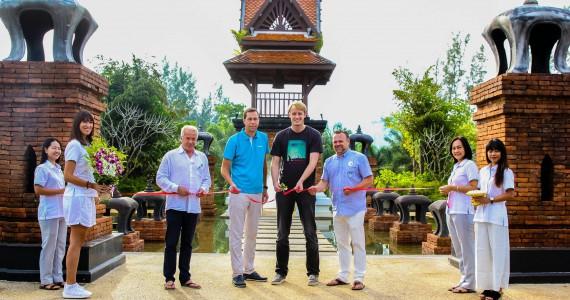 Erster Gast durchschneidet das Eröffnungsband im ROBINSON Club Khao Lak