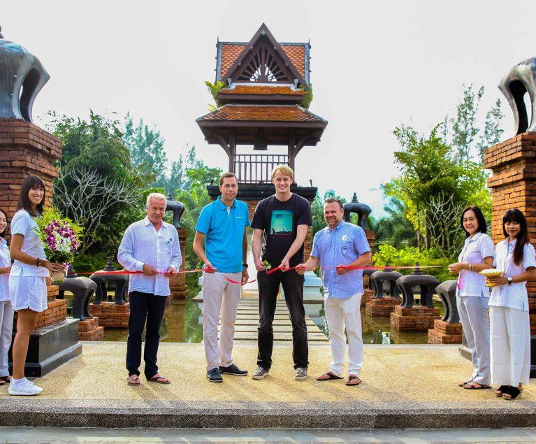 Der ROBINSON Club Khao Lak in Thailand ist eröffnet. Der erste Gast hat feierlich das Band durchschnitten. Herzlich Willkommen!