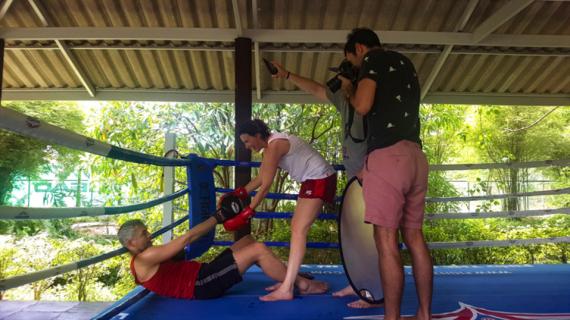 Fotograf fotografiert Paar beim Thaiboxen