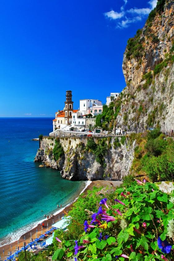 Strand mit Häusern an der Amalfi-Küste