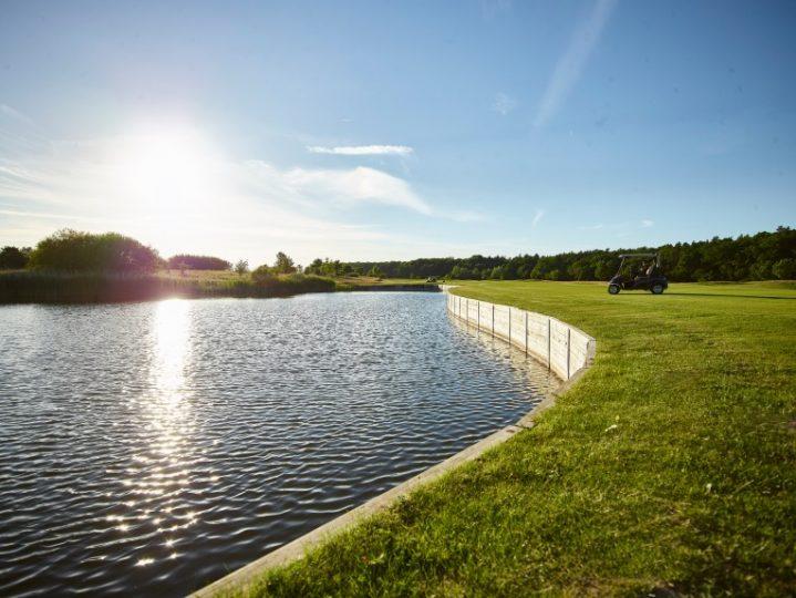 Golf-Green am Wasser mit Golf-Caddie in Mecklenburg-Vorpommern