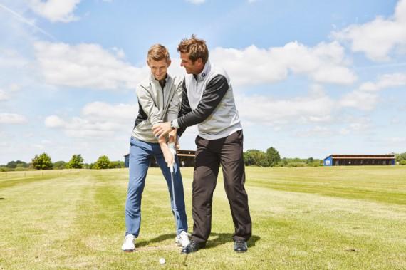 Sven Strüver beim Golfunterricht mit Golfspieler