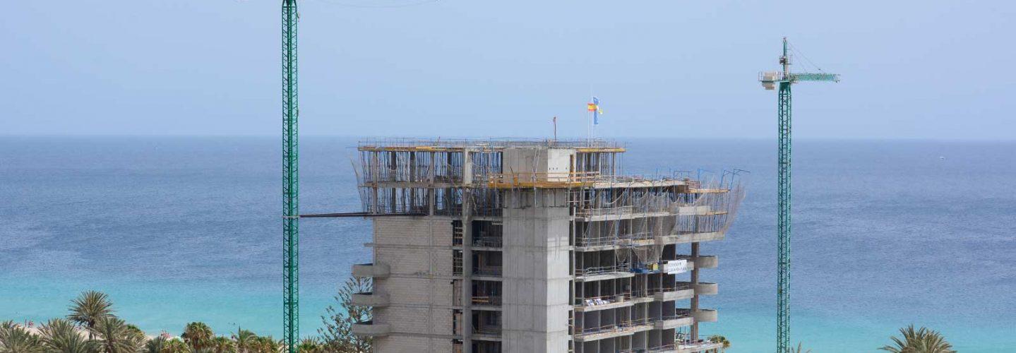Zwei Baukräne vor Rohabu des ROBINSON Club Jandia Playa