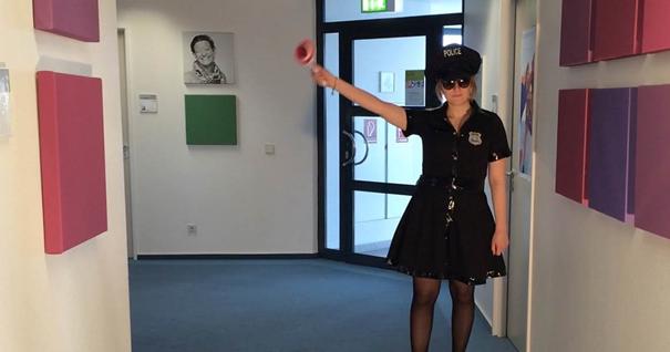 ROBINSON Mitarbeiterin mit Polizeikelle