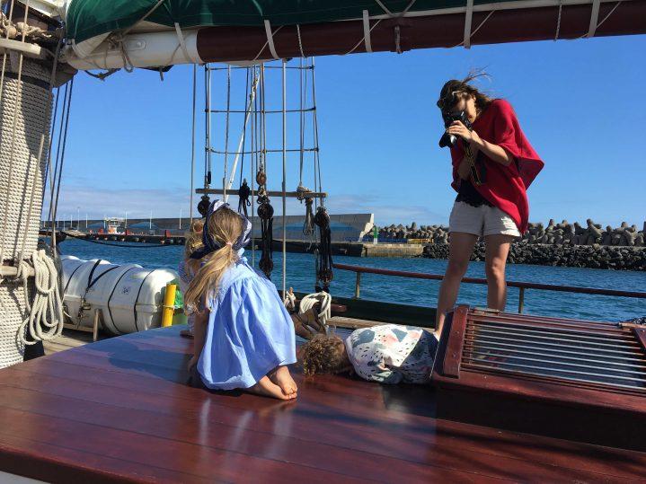 Frauen fotografieren sich auf einem Segelboot