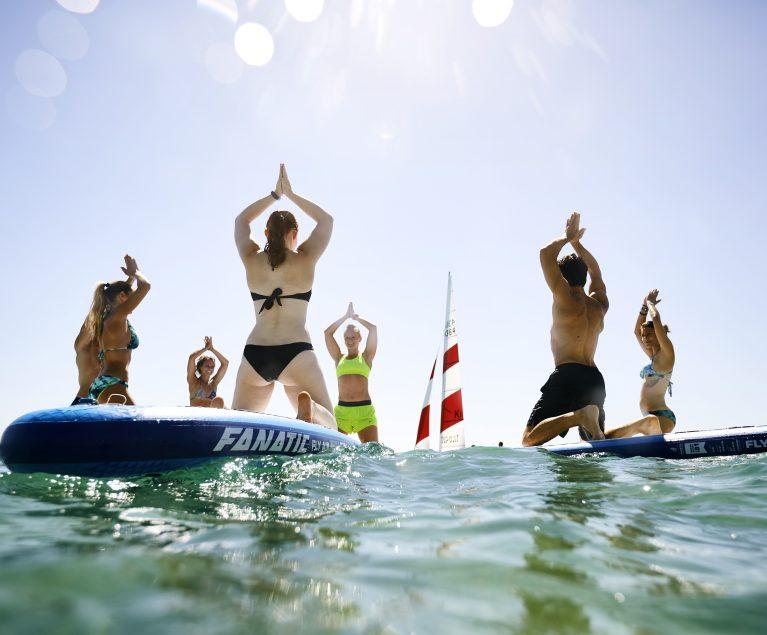 SUP Yoga in der Gruppe macht doppelt so viel Spaß.