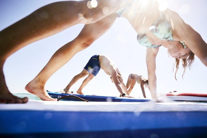 SUP Yoga Übung auf dem Board.