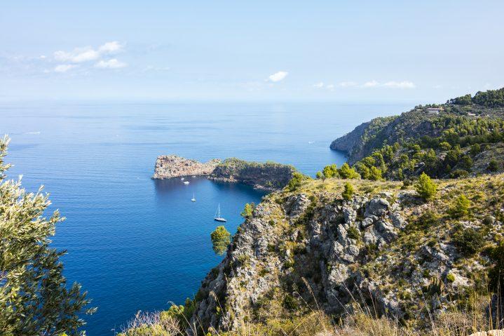 Blick vom Berg aus auf das Meer bei Valldemossa