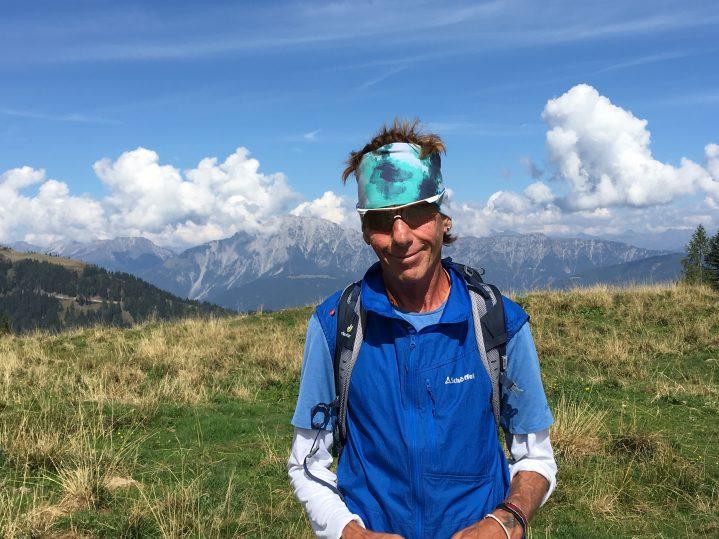 Wanderführer vor Bergkulisse